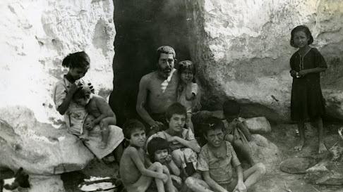 Imagen del hambre en las Cuevas del barranco de Almería en 1943 (Foto: Hemeroteca de Diputación).
