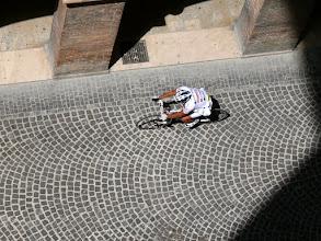 Photo: Een deelnemer aan de wielerrit Straducale, gefotografeerd vanuit het Palazzo Ducale.