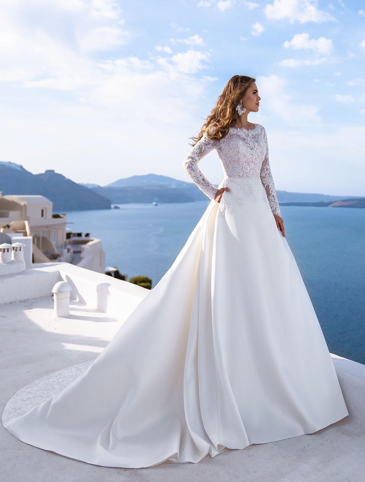 Весільну сукню з атласною спідницею
