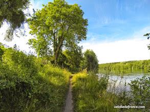 Photo: Chemin au bord de l'eau à Samois sur Seine - E-guide balade circuit à vélo sur les Bords de Seine à Bois le Roi par veloiledefrance.com.