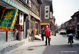 Photo: 25-03-2006. Antiekstraat. Cees heeft thee gekocht.