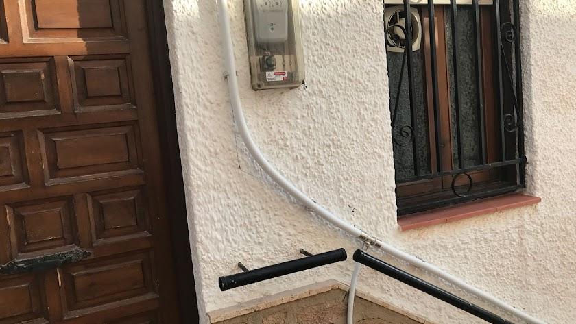 Una de las tuberías fijadas a la fachada de una vivienda, en una foto difundida por los vecinos.