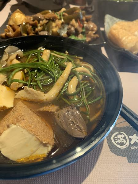 炒滷味特別好好吃 小辣剛好 店員服務也蠻親切的誒 下次想吃養生湯🤤