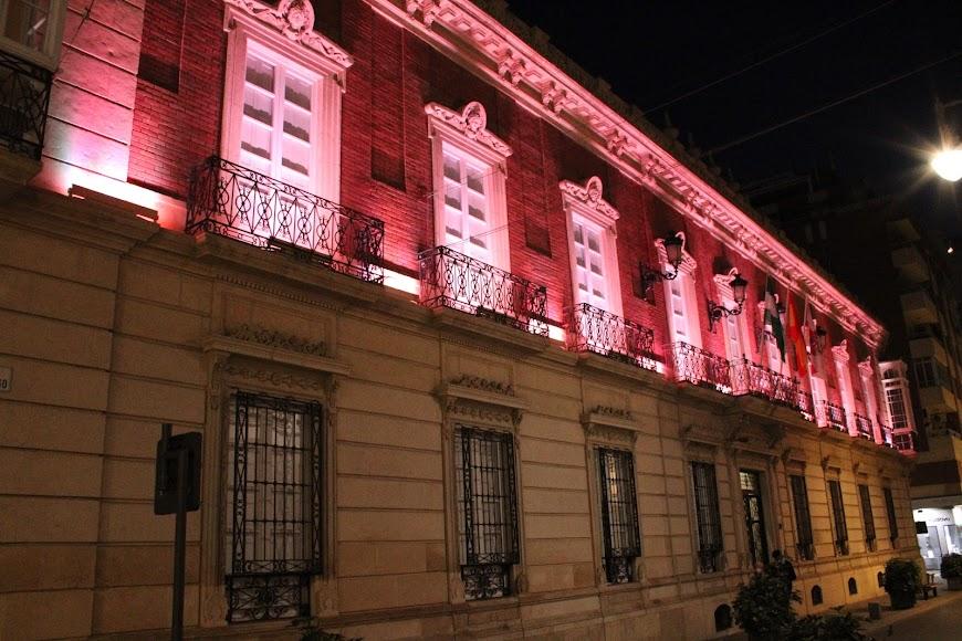El palacio provincial iluminado de naranja por el Día Mundial del Síndrome de Asperger.