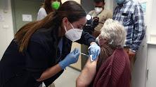 Una sanitaria inyecta la primera dosis de la vacuna de Pfizer contra el coronavirus a una anciana.