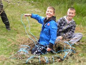Photo: Lasse og Mathias prøver størrelsen af deres båd af