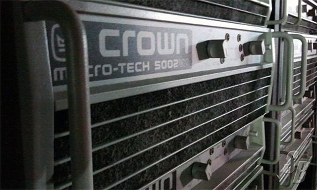 Rack de altavoces Crown tras la cabina de DJs de Ministry of Sound