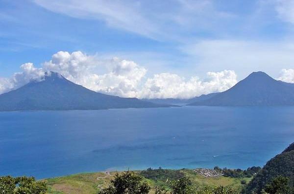 Photo: Живописные виды вулканов Гватемалы со стороны озера.