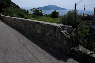 Photo: Inizio del muretto di protezione, subito dopo la traversa via Mitigliano