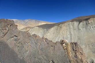 Photo: A mi-chemin dans le couloir pierreux, on longe la base d'une arête rocheuse