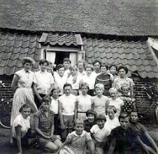 Photo: Vrije vogels kamp te Odoorn 1956 Vooraan v.l.n.r. Ina Lanjouw, Harmpje Sloots, Mientje Meijer, Goosje Kors, Fennie Koning, Seichien Oosting, Roelie Raterink en Gretha Huizing. Er tussen: Jantje Hollander, Jantje Martens, Boelina Rabs, Jantje Moek, Hennie Enting en Reina Pepping. Bovenste rij: Gezientje Hilberts, Rika Hilbolling, Jantina Nijhof, Jantje Vedder, ?? , Luchientje Hilberts, Coba van Boven, Willie Zandvoort, Lammie Enting, Hennie Hoppentocht, ??, Antje Wilms-Rozenveld