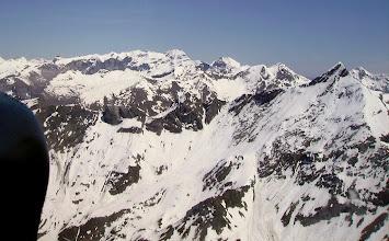 Photo: Vision aérienne sur les versants Ouest des crêtes du Piméné. En arriére plan à gauche le cirque de Troumouse dominé par la Munia 3133m.