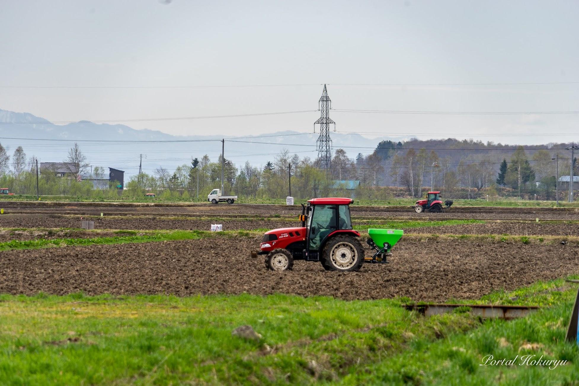 田畑の耕起作業