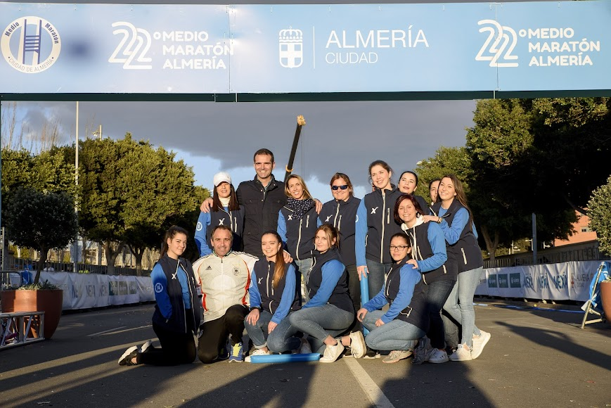 Fernández-Pacheco con Juanjo Segura y el equipo de chicas de la organización del Grupo Nexa.
