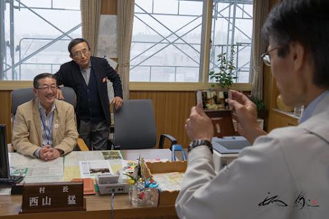 西山村長と戎谷侑男 社長と記念撮影