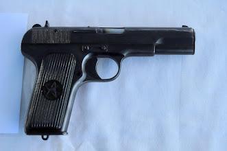 Photo: Samonabíjecí pistole Tokarev TT-33.První sovětská pistole domácího původu a jedna z prvních ručních zbraní ve výzbroji Rudé armády, sloužila jako náhrada koncepčně zastaralého revolveru Nagant. Pistole je částečně odvozená od amerického Coltu M1911. Pistole byla vyráběna zbrojovkou v Tule od třicátých let 20. století. Pro pistoli byl použit nový náboj 7.62x25, který se později objevil i u sovětských samopalů. Tento náboj má do dnešní doby schopnost prostřelit většinu balistických vest. Ve světě se do dnešní doby produkuje nesčetné množství kopií této zbraně.Daná pistole je vyrobená až po válce, předválečnou verzi si můžete prohlédnou v galerii, která se věnuje návštěvě střelnice ve Staré Bělé. Autor popisku - Štěpán Pravda, student 2. A.