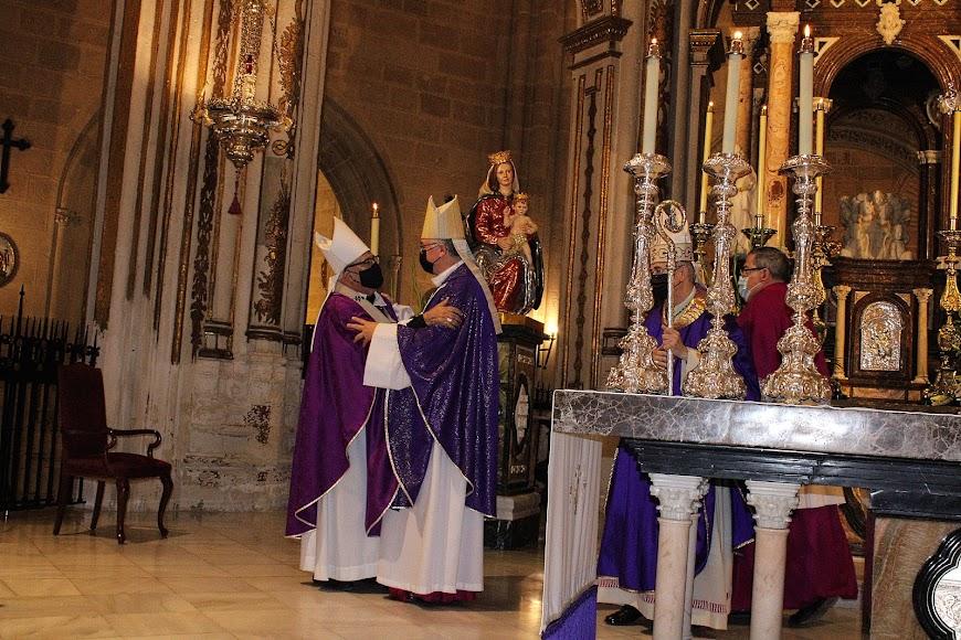 El arzobispo metropolitano de Granada felicitando al nuevo obispo coadjutor de Almería.