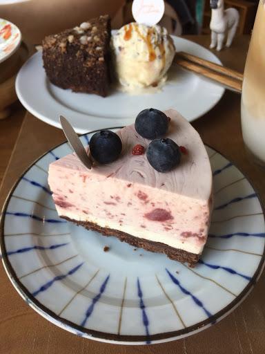 《野莓生乳酪蛋糕》 上層酸甜的野莓慕斯搭配下面香濃的乳酪,兩種混合的滋味就像大家常說是戀愛的感覺😂😄!
