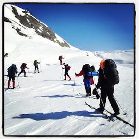 Mountain skiing by Fredrik A. Kaada - Instagram & Mobile iPhone ( sosialt, heltekte, sol, helsport, dntung, skitur )
