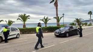 Policía Local de Mojácar practicando un control de carretera.