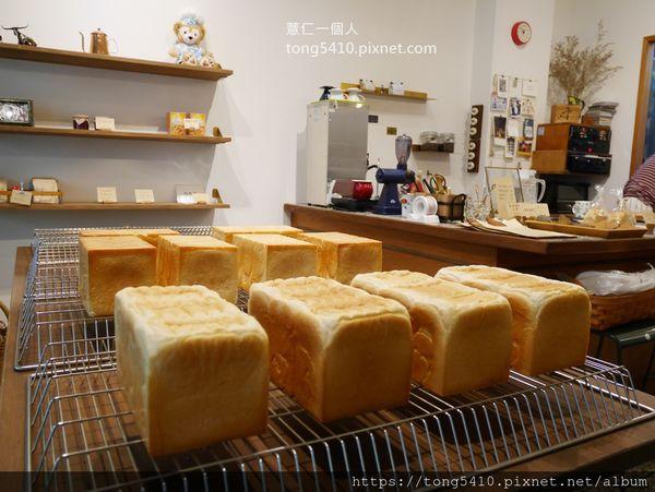 小雪Casa,有溫度的小店,每天出爐不同麵包和吐司,也可以內用吃厚片.戚風蛋糕和布丁。周日公休喔