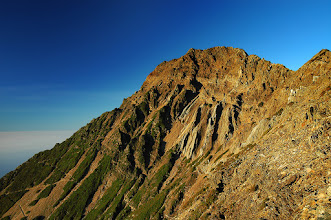 Photo: -- 夕照玉山 --  從玉山回圓峰的南稜路上,回望玉山主峰,快要下山的太陽將整個玉山換了套金裝,金光閃閃,瑞氣千條。
