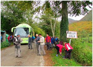 Photo: Nuestra llegada al pueblo casín de Orlé. Son ahora las: 10h 22'. Estamos situados a unos 700 msnm. Hemos llegado por la estrecha carretera que parte de Campo de Caso (El Campu) y que tiene por numeración: AS-254.