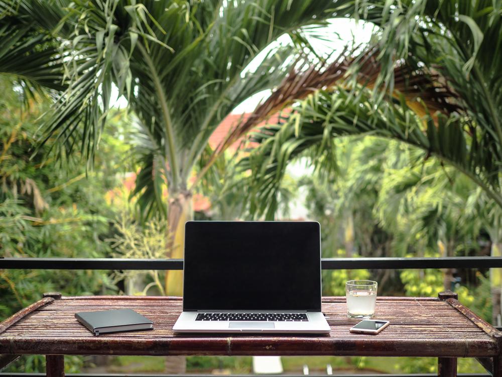 Um cantinho de home office na área externa de casa.
