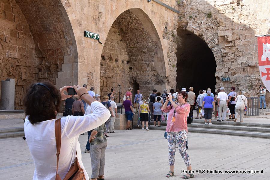 Внутренний двор крепости крестоносцев – госпитальеров в Акко. На экскурсии гида Светланы Фиалковой.