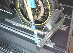 Photo: Franz Schulze Sprakel Motorrad Sicherer Stand. Quick Stand II Profi VW T5 Multivan. Für meinen VW T5 Multivan habe ich eine Halterung für den Motorradtransport gesucht. MotoMove hat hier mit Quick Stand II Profi Multivan einen Vorderradhalter, der genau passt. Die Verschraubung mit den Multivan Schienen ist einfach: Die Montagewinkel des Quick Stand II Profil lassen sich über den Multivan Schienen positionieren. Mit zwei T5 Schienenadaptern - die gibt es auch bei MotoMove - ist der Vorderradständer schnell ein- und ausgebaut.