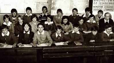 Photo: klasa szkoły podstaw.w Rogoźniku 1979 r. / W środkowym rzędzie pierwszy z lewej nauczyciel Eugeniusz Góralik /