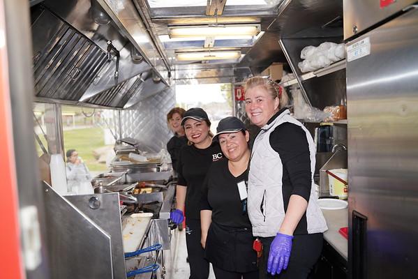 斯蒂芬妮和三名食品服务人员在卡车上。