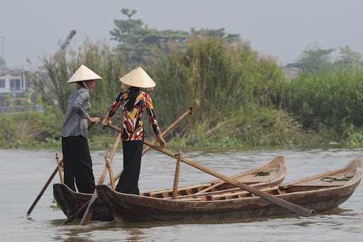Ponant-Vietnam-Hoi-An-boats-women.jpg - Traverse the canals of Hoi An, Vietnam, on a Ponant cruise.