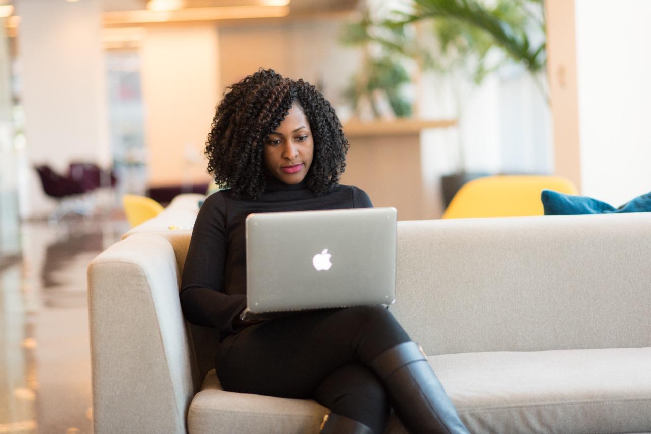 Nas últimas décadas, as mulheres aumentaram a participação no mercado de trabalho (Fonte: Christina Morillo/Pexels)