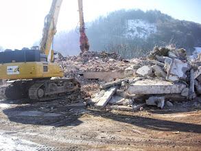 Photo: Mit Erstaunen sehen wir das halb abgerissene Gebäude