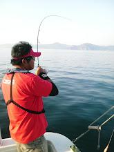 Photo: 夕方のボートエギングへ!  早速、ジャイアン高野さんヒット! 「何か違う!」・・っていってましたが・・