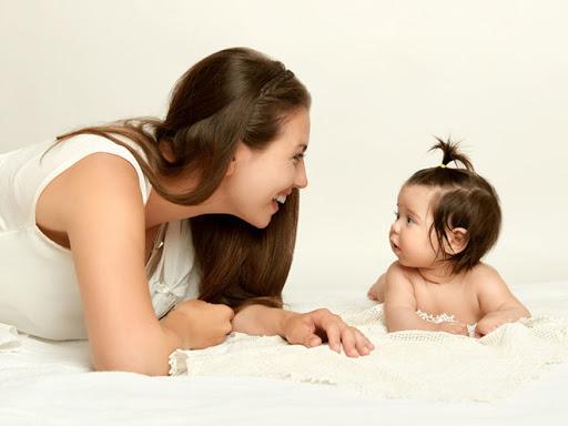 Những phương pháp đơn giản để trò chuyện với các bé sơ sinh
