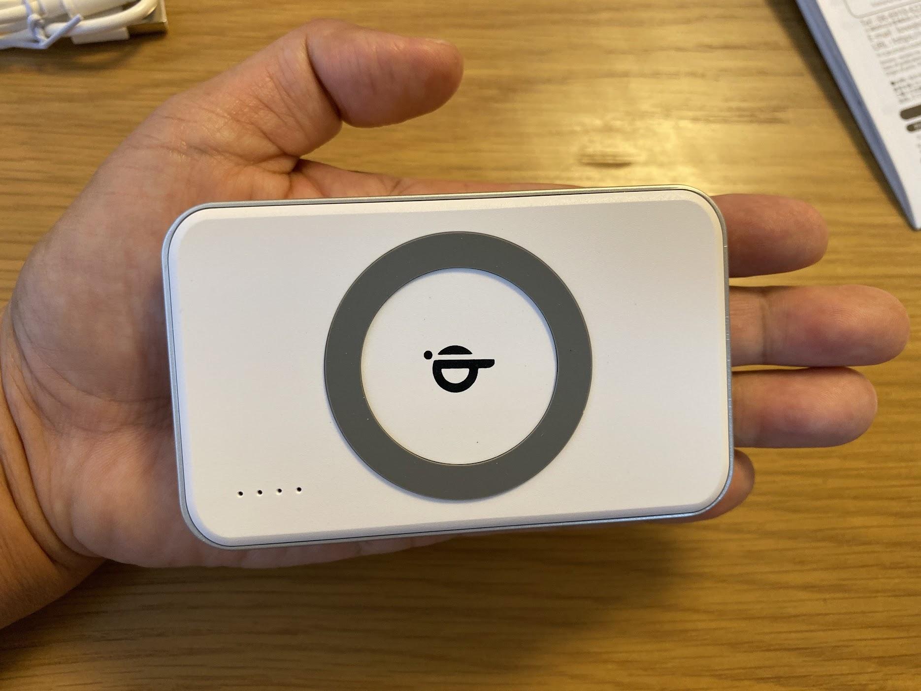 手のひらサイズのモバイルバッテリー