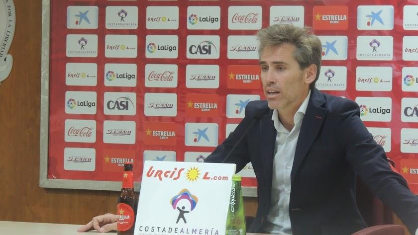 El director deportivo del Almería en rueda de prensa este lunes.