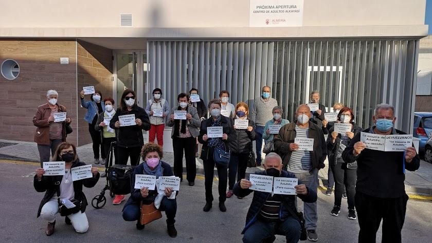 Alumnos de la Escuela de Adultos de La Cañada, este jueves, con los carteles de protesta