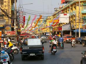 """Photo: Nakhon Sawan avec la rue principale et les lanternespour le prochain ''Nouvel An Chinois"""""""