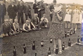 Photo: volksspelen jaren 40-50?? In het midden met hoed: Tonnis Knoop. Wie weet wie er nog meer op deze foto staan?