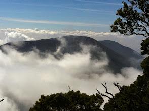Photo: Gunung Gede desde la cima de Gunung Pangrango.