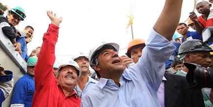 Photo: Lula e o governador Sérgio Cabral acenam para os trabalhadores. Foto: Ricardo Stuckert/Instituto Lula