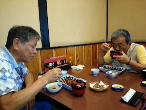 Photo: そして、お二人もご満悦にうなぎを堪能されてます! ・・・うなぎでパワーつけて更に爆釣ですね! その後、無事お線香を上げさせて頂きました。 「川崎さん」には、ごちそうになった上、お土産まで頂戴しまして最後の最後までお世話になりました!次は長崎で待ってます!