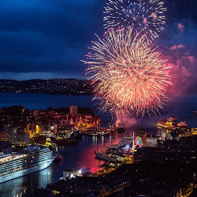 Fyrverkerier 17. mai by Dag Hafstad - Uncategorized All Uncategorized ( bergen, bergen 17. mai 2015 fyrverkerier )