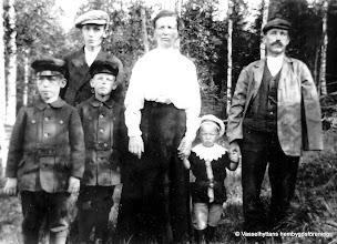 Photo: Gonäs. Familjen Persson 1917. Eva och Erik Persson, Hålkärr (Gonäs), med barnen från vänster Algot, Gustaf, Hilding och Sven. Efter en tragisk olycka där Erik blev överkörd av tåget och miste en arm och ett ben, försörjde han sin familj med att gå runt som gårdfarihandlare. Bilden tagen omkr 1917.