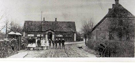 Photo: Den gamle skole og degnebolig til højre.