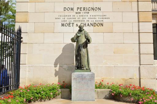 Descubra a história de Dom Pérignon e conheça a cidade onde ele criou o Champagne