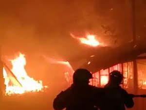 il campo profughi di Lesbo dato alle fiamme